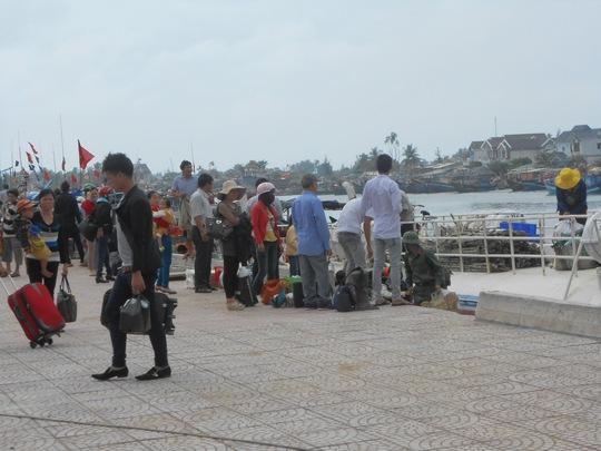 Biển động, hàng trăm khách kẹt trên đảo Lý Sơn