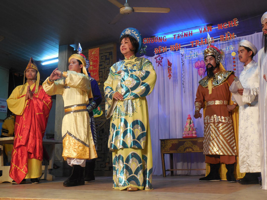 Kiều Phượng Loan và các diễn viên CLB Sân khấu Lạc Long Quân biểu diễn ca cảnh Trang sử quê ta, ca ngợi công lao của nhạc sĩ Cao Văn Lầu và các tiền nhân.