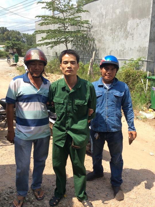 """Nguyễn Hữu Dũng (giữa) bị """"hiệp sĩ"""" Nguyễn Thanh Hải cùng đồng đội phát hiện, bắt giữ giao công an."""