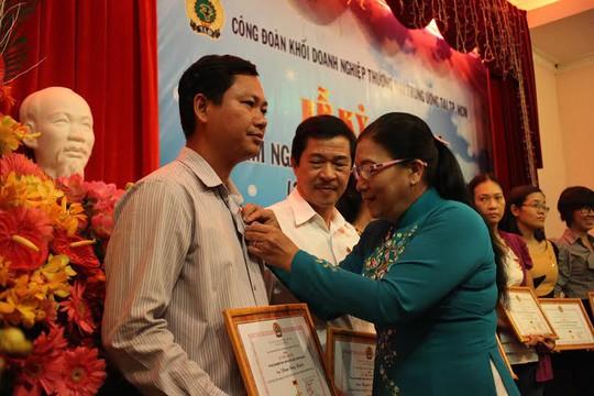 Bà Nguyễn Thị Bích Thủy, Phó chủ tịch LĐLĐ TP, tặng kỷ niệm chương Vì sự nghiệp xây dựng tổ chức CĐ cho các cá nhân tiêu biểu