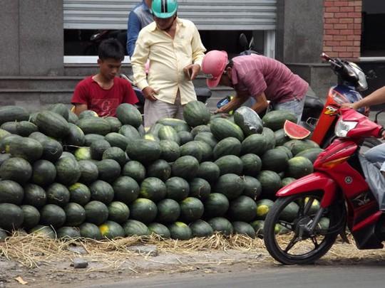 Dưa hấu từ các tỉnh miền Tây được đổ đống bán dọc các tuyến đường ở TP HCM.
