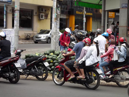 Các sạp dưa này thu hút khá nhiều người đi đường đến mua nhờ giá rẻ hơn ở chợ và siêu thị.