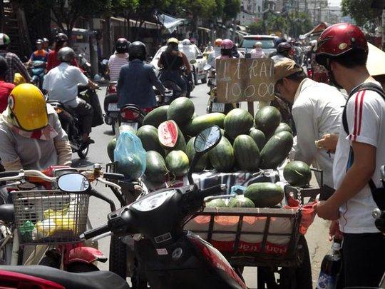 Các xe đẩy bán dưa hấu dạo với giá 10.000 đồng/trái.