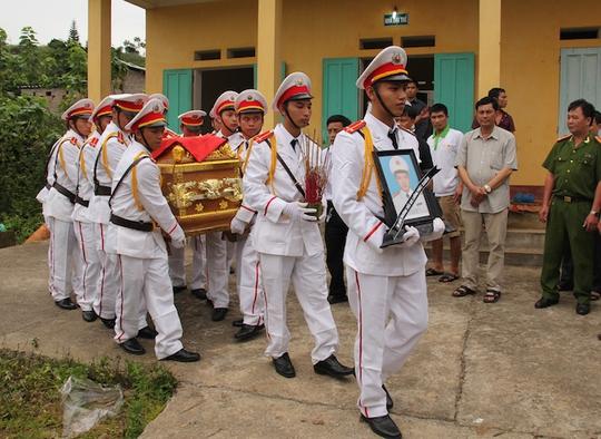 Chiến sỹ bị hy sinh được tiến hành thủ tục đưa về gia đình để an táng theo phong tục địa phương