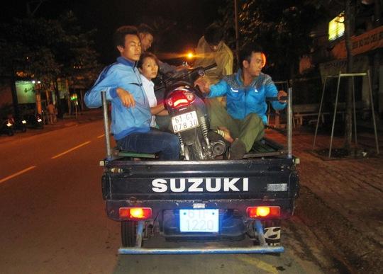 Công an phường Mỹ Phước, thị xã Bến Cát (Bình Dương) áp tải đối tượng Trường và xe tang vật vụ trộm về nơi mất trộm để lấy lời khai.