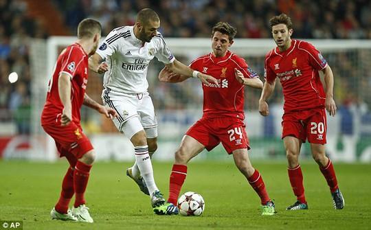 Những cầu thủ dự bị của Liverpool không thể ngăn Benzema ghi bàn