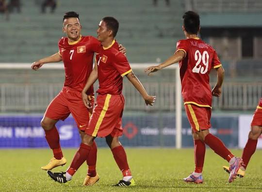 Anh Đức (giữa) ăn mừng bàn thắng cùng Hoàng Thịnh (7)
