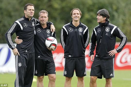 Các thành viên trong ban huấn luyện tuyển Đức chuẩn bị cho vòng loại Euro 2016
