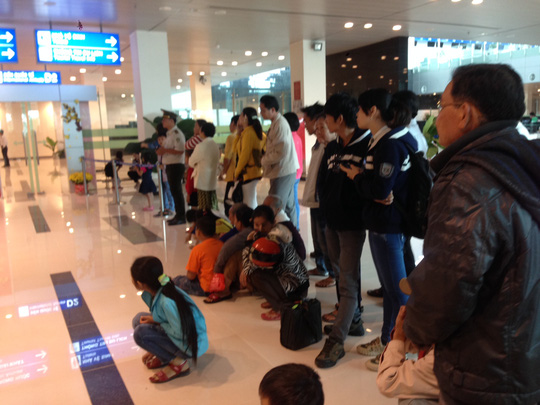 Nhiều người thân đứng chờ từ ga đến