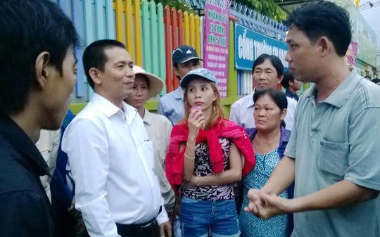 Cán bộ chuyên trách LĐLĐ huyện Hóc Môn, TP HCM, tư vấn pháp luật cho công nhân Ành: MAI CHI