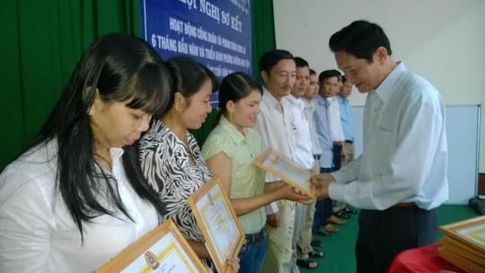 """Ông Trần Trung Dũng, Giám đốc Sở LĐ-TB-XH TPHCM, trao bằng khen cho các cá nhân đạt danh hiệu """"Người cán bộ CĐ của chúng tôi"""""""