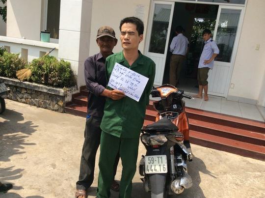 Nguyễn Hữu Dũng và chiếc xe tang vật trong vụ cướp rạng sáng ngày 24-9.