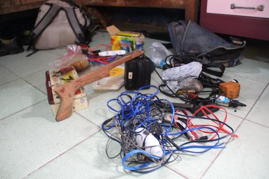 Súng xung điện và dụng cụ trộm chó của băng trộm.