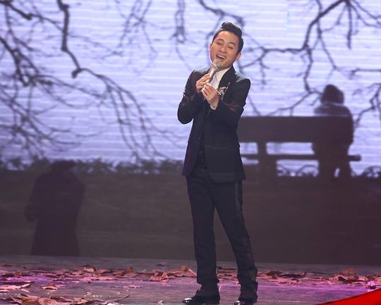 """Tùng Dương hát """"Gửi người em gái miền Nam"""" như một gã si tình"""