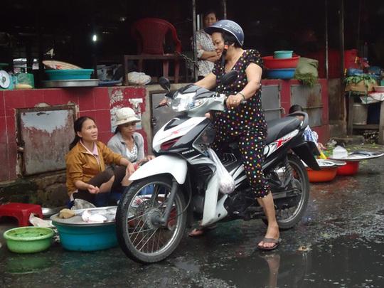 Sự nhếch nhác, ẩm ướt ở chợ vào những ngày mưa khiến người tiêu dùng e ngại. Ảnh: N.Phượng
