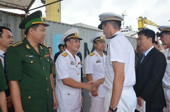 Hải quân Việt Nam chào xã giao sĩ quan và thuỷ thủ trên tàu Vendémiaire