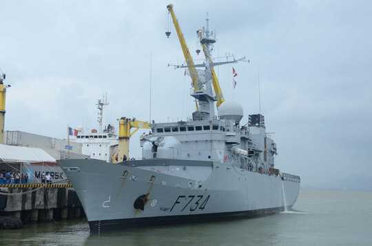 Tàu tuần dương Vendémiaire neo đậu tại cảng Tiên Sa