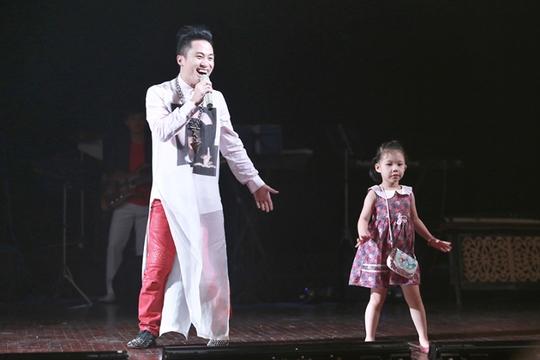 Khi Tùng Dương hát Nơi đảo xa của nhạc sĩ Thế Song theo yêu cầu khán giả thì anh thấy cháu gái của nhạc sĩ đang múa. Tùng Dương đã xuống bế cô bé lên sân khấu biểu diễn cùng anh ca khúc này. Điệu mùa duyên dáng của cô bé đã được nhiều khán giả thích thú. Được biết nhạc sĩ Thế Hiển, con trai nhạc sĩ Thế Song, làm đạo diễn chương trình Mùa thu cho em