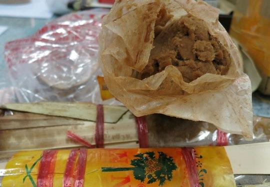 Những cây đường thốt nốt cũng là vật dùng để cất giấu tiền chất sản xuất ma túy gửi qua Úc theo dạng quà biếu, bị Hải quan phát hiện bắt giữ trong tháng 8-2014. Ảnh: Hải quan TP HCM cung cấp.