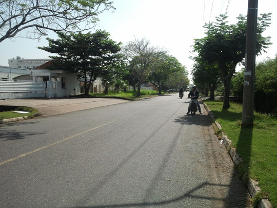 Đoạn đường trước Công ty FAPV (bìa trái) trên đường 14 trong KCX Tân Thuận, quận 7 – TP HCM, nơi anh Thân bị cướp xe.