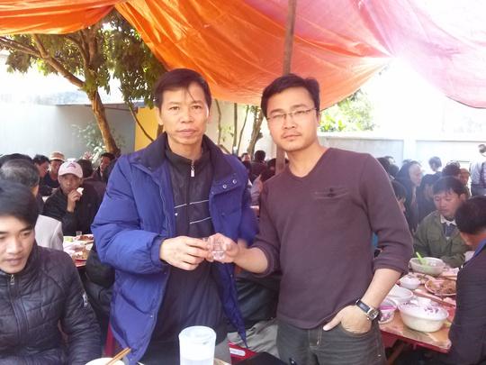 Ông Chấn nhận chén rượu chúc mừng của PV Báo Người Lao Động