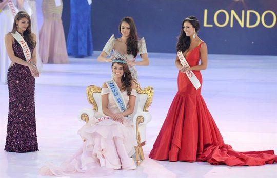 Người đep Nam Phi Rolene Strauss hạnh phúc nhận vương miên Hoa hậu Thế giới 2014 từ Megan Young - Hoa hậu thế giới 2013. Nguồn: EPA