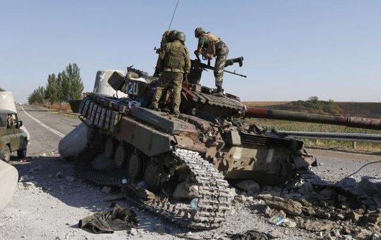 Pháo kích vẫn vang rền sau thỏa thuận ngừng bắn. Ảnh: Reuters