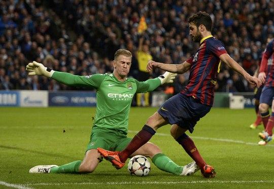 Fabregas trong một pha đối mặt với thủ môn Joe Hart của Man City