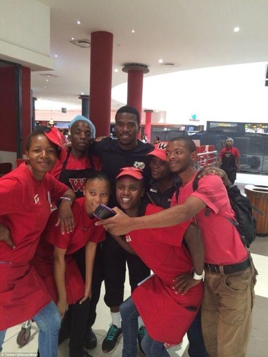 Meyiwa (áo đen) chụp ảnh cùng người hâm mộ Nam Phi