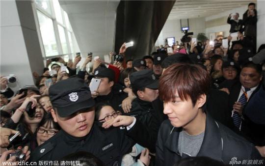 Lee Min Ho bị bao vây