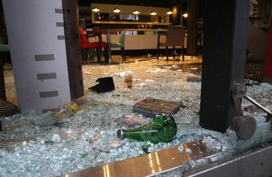 Một cửa hàng bị đập phá tan tành