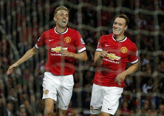 Fetcher (trái) ăn mừng bàn thắng ở tỉ số trận đấu
