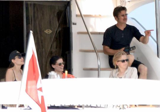Sau ngày cưới, Angelina Jolie và Brad Pitt đưa các con đi du thuyền