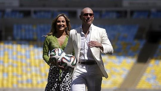 Ca sĩ Leitte và Pitbull tại sân vận động Maracana. Ảnh: Reuters