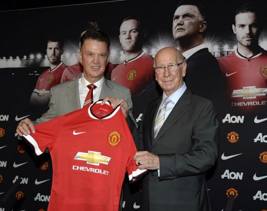 HLV Van Gaal và huyền thoại Charlton cùng chiếc áo thi đấu mới của M.U