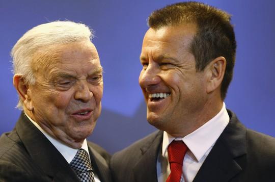 CHủ tịch LĐBĐ Brazil Jose Maria Marin (trái) và HLV Dunga trong buổi ra mắt