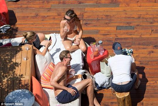 Vợ chồng Crouch và bạn bè ở một hồ bơi