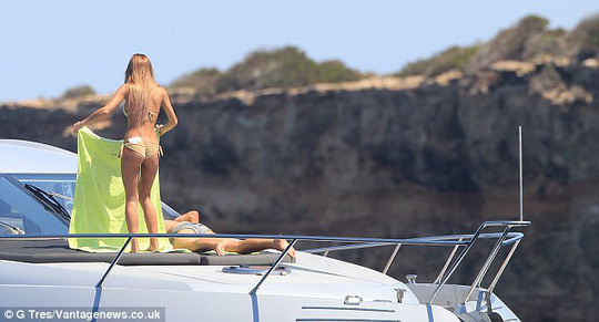 Goetze và người yêu ở đảo Ibiza