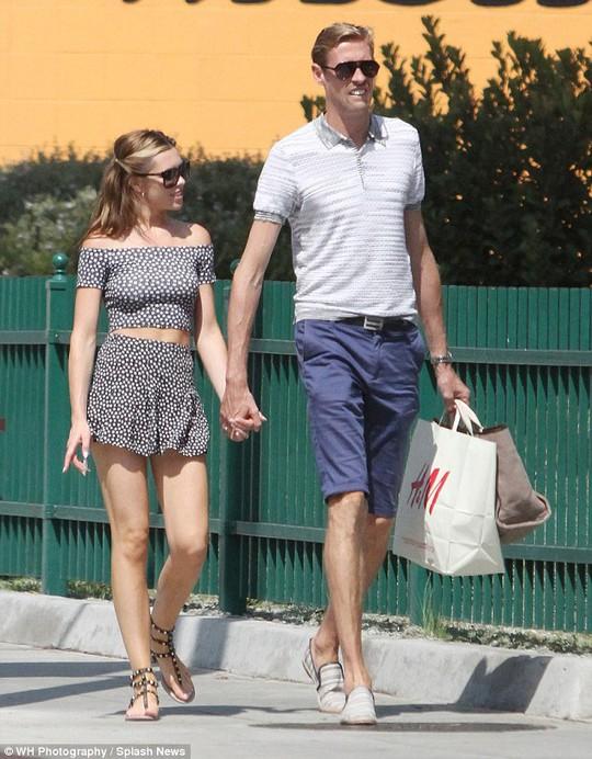Hai vợ chồng dạo phố và mua sắm