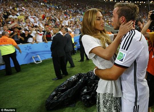 Goetze và bạn gái hôn nhau sau trận chung kết