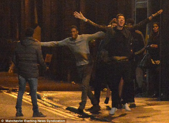 """Những cảnh ăn chơi, nhảy nhót trên đường phố Manchester lúc 3 giờ sáng của các """"sao"""" M.U"""