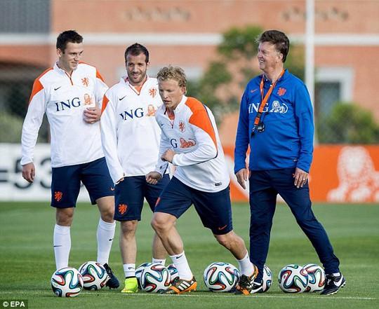 HLV Van Gaal hiện đang cùng tuyển Hà Lan chuẩn bị cho VCK World Cup 2014
