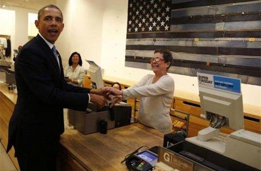 Ông Obama khiến người thu ngân cười ngất khi thanh toán. Ảnh: Reuters