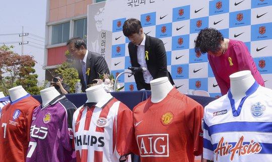 Park Ji-sung (giữa) trong cuộc họp báo tuyên bố giải nghệ