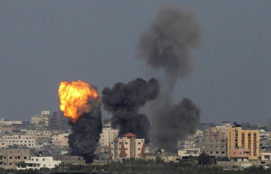 Một mục tiêu bị quân đội Israel không kích ở dải Gaza hôm 13-7.Ảnh: Reuters
