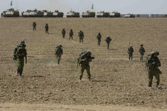 Quân đội Israel tập trung gần Dải Gaza. Ảnh: Reuters