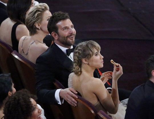 Bradley Cooper và bạn gái thoải mái thưởng thức pizza