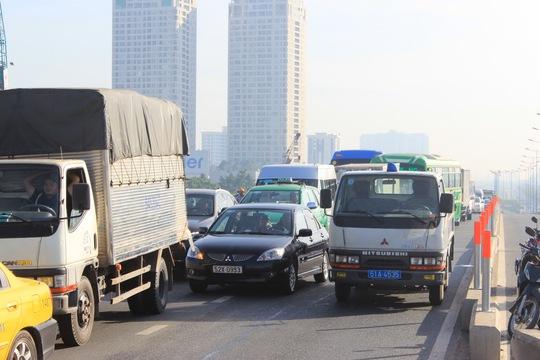 Dòng xe kẹt cứng hướng từ xa lộ Hà Nội lên trung tâm TP.