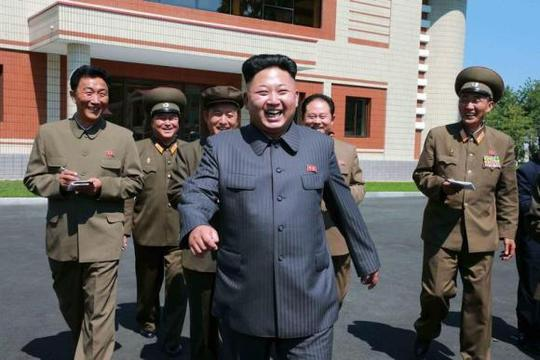 Ông Kim Jong Un trong một chuyến công tác cùng tùy tùng. Ảnh: Reuters