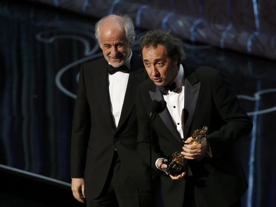 Đạo diễn Paolo Sorrentino (phải) và nam diễn viên Tony Servillo lên nhận giải hạng mục Phim nói tiếng nước ngoài hay nhất